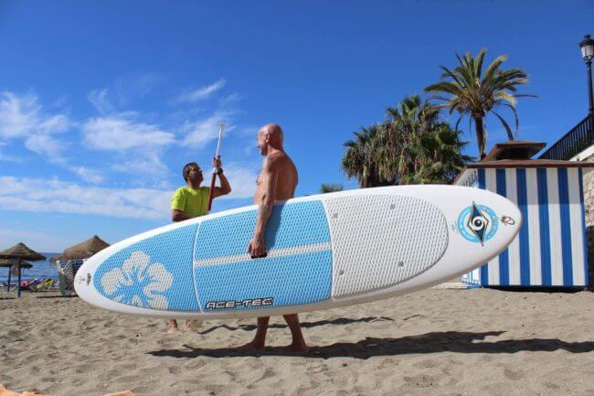 Stand Up Paddling am Strand von Marbella - Eine Sportreise mit Wassersport Möglichkeiten