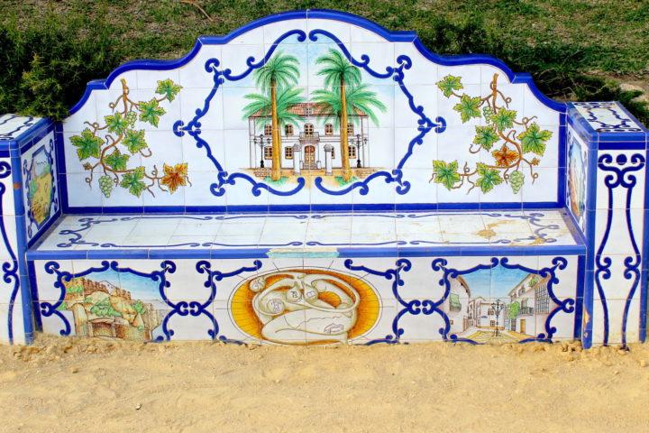 Mosaikbänke, typisch für die andalusische Kunst