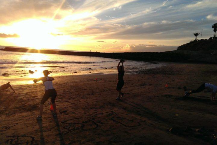 Sport am Strand von Fanabe. Das perfekte Training mit Sonne und Meer.