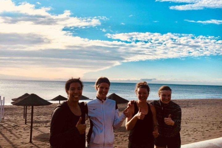 Lockere Laufeinheit an der Strandpromenade von Fuengirola