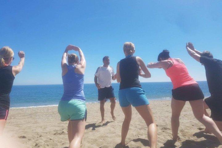 Sport & Urlaub verbinden. Selbstverteidigung am Strand von Fuengirola