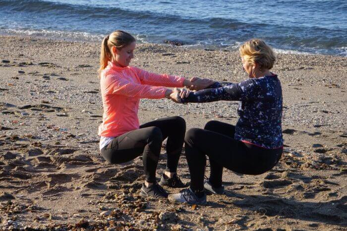 Partner-Workout am Strand