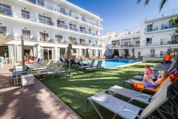 Ein gemütlicher Polobereich im Eix Hotel Alcudia
