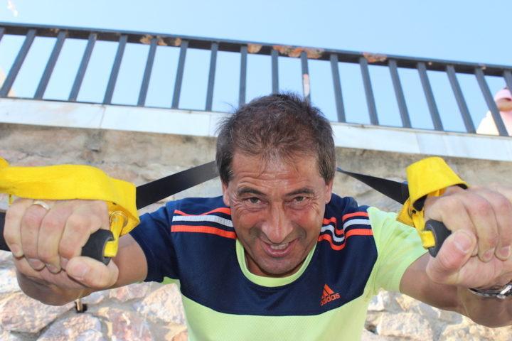 Fitnessurlaub - Trainer Ralf ist immer voll dabei! Hier beim TRX Training