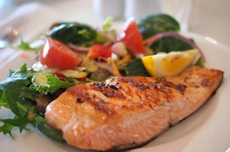 Paleo Ernährung - Lachs und Gemüse